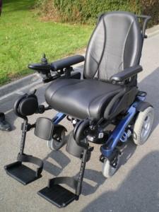 Photo du fauteuil vogue bleu et noir en extérieur lors de l'essai