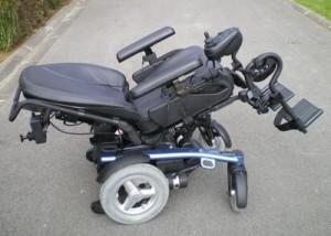 Photo du fauteuil vogue bleu et noir en position allongé