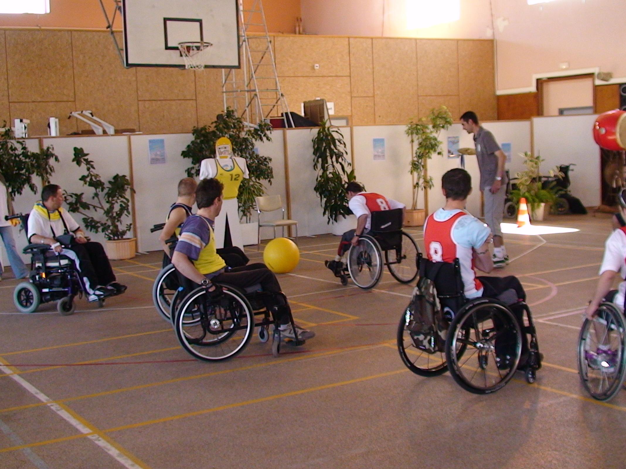 Nouveau sport en fauteuil roulant le poussball for Basketball en chaise roulante