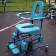 La chaise de douche Soflex est destinée aux personnes dépendantes qui ont besoin de l'aide d'une tierce personne pour réaliser les soins corporels.