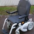 La particularité de ce fauteuil est de supporter un poids maximum de 200 kg et de proposer une largeur 60 cm sans que ce soit une fabrication spéciale.