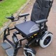 Le fauteuil roulant B400 ne vient pas remplacer un fauteuil de la gamme. Il se situe entre le A200 et le B500. Il peut être comparé au A200 pour sa compacité et au B500 pour son châssis rigide... Le B400 n'est pas disponible en version AA2, pour le moment.