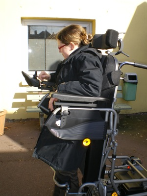 Le Squod SU verticalisateur a été conçu à partir de la base du Squod, fauteuil à roues motrices arrière qui faisait déjà partie de la gamme. La fonction verticalisation a donc été ajoutée à ce modèle.