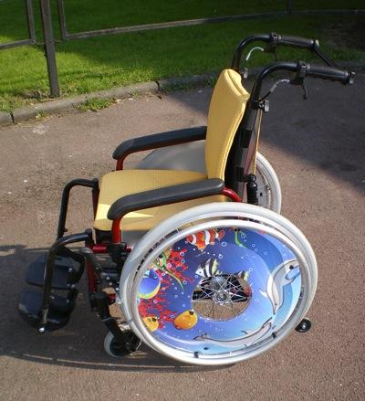 Le Pluriel Kid est un nouveau fauteuil manuel enfant de Dupont Médical. Il peut être équipé de flasques qui lui confèrent un look coloré !