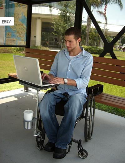 L'ezenabler est une tablette pour fauteuil roulant dont l'originalité est son système de fixation.