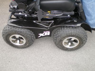 Nous présentons ici le X8, fauteuil roulant à dominante extérieure doté de 4 roues motrices avec roues directrices avant, déjà évoqué sur notre blog.
