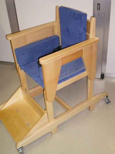 Comme la Breezi, la chaise Goodwood est tout en bois. Elle ressemble davantage à une chaise traditionnelle, à la différence qu'elle propose un certain nombre d'options. Elle permet de bien positionner l'enfant lors des activités, de la prise de repas...