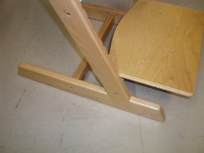 Breezi est une chaise pour enfants en bois verni que certains compareront à un modèle de chaise haute tout public bien connu en France et que nous ne citerons pas...
