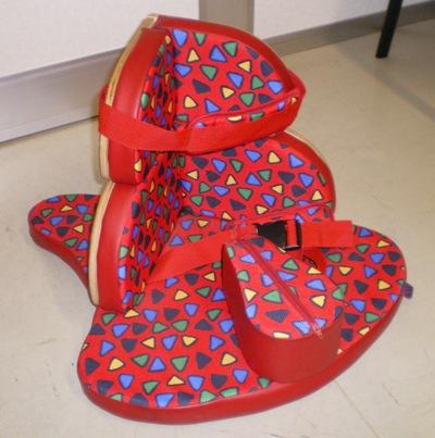 """Le Corner Sit est un siège de positionnement en forme de """"coin"""" destiné aux enfants entre 6 mois et 10 ans. Il est multi-réglable et existe en 3 tailles."""