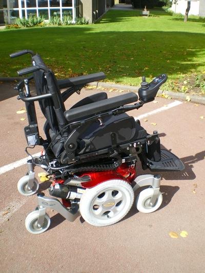 Il ne s'agit pas d'un nouveau fauteuil mais d'un nouveau châssis 6 roues doté de l'assise du SALSA. Le SALSA, fauteuil roulant électrique à roues motrices arrière, a déjà été présenté en mai 2009 sur notre blog.