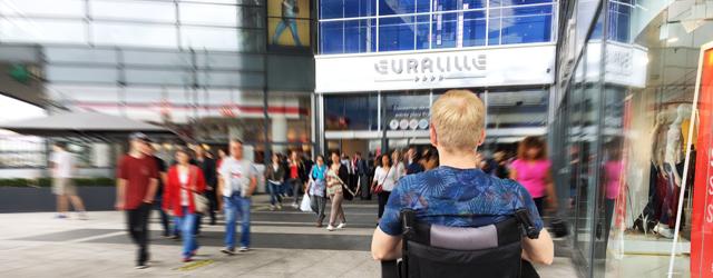 Nous nous sommes rendus en fauteuil roulant manuel au centre EURALILLE en prenant le métro lillois. De nos locaux à la station de métro, le périple débuta …