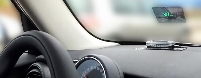 Alimenté grâce à l'allume cigare du véhicule, ce produit est situé sur votre pare-brise face à votre regard