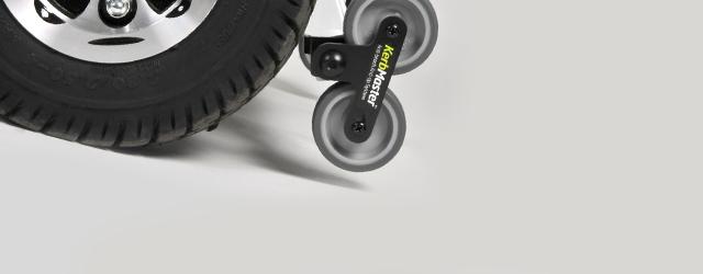 Dotés de 3 roues avant et de 2 roues arrière, ces scooters assurent une stabilité des scooters 4 roues et une maniabilité proche d'un 3 roues.