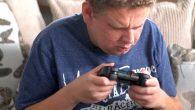 Dans cette vidéo, vous trouverez Toby Ott, un jeune homme atteint d'une anophtalmie bilatérale