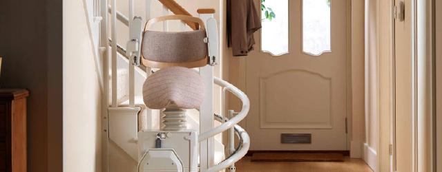 La société Stannah propose le SADLER: il s'agit d'un siège monte-escalier offrant une position assis-debout