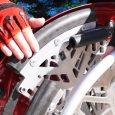 Ruby est un fauteuil roulant manuel capable de franchir des marches à l'aide d'une tierce personne.