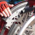 Saphyr est un fauteuil roulant équipé d'un moteur afin d'assurer le passage de marches à l'aide d'une tierce personne.