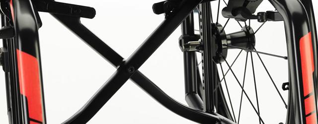 Remplaçant de l'Ultra Light, le Küschall Compact est un fauteuil roulant actif à châssis pliant…