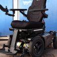Ce fauteuil multi positions assure la position assise, debout et allongé, la position debout est stabilisée par la présence de deux roues de maintien à l'avant du fauteuil.